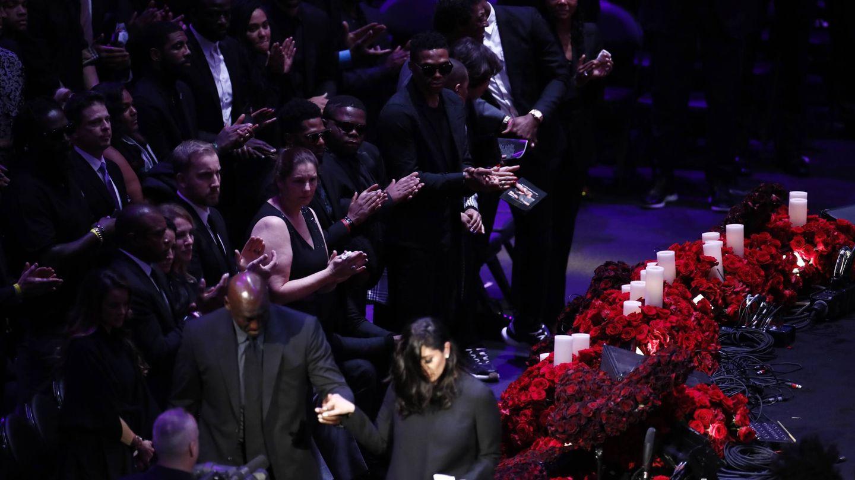Jordan coge de la mano a la viuda de Kobe. (EFE)