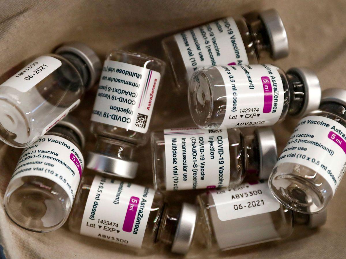 Foto: Viales vacíos de la vacuna de Astrazeneca. (Reuters)