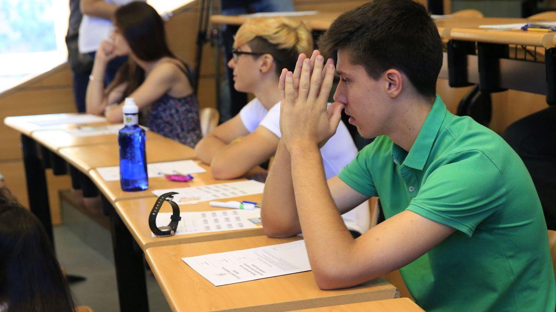 Foto: Varios estudiantes al inicio de la Prueba de Acceso a la Universidad (PAU) en la Facultad de Odontología, en la Ciudad Universitaria. (EFE/Zipi)