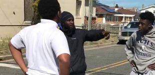 Post de Un hombre detiene una pelea callejera de adolescentes con un inspirador discurso