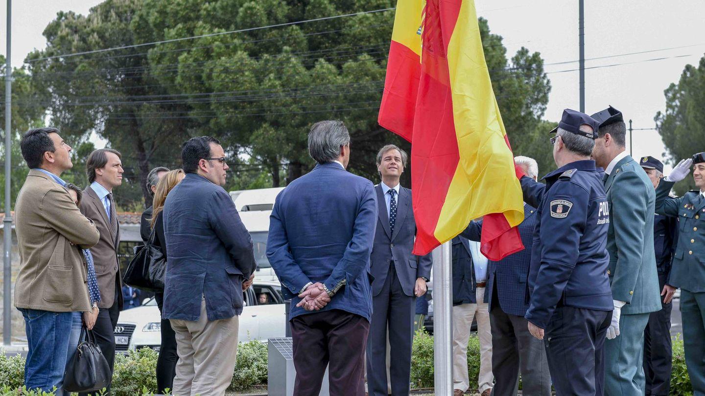 El alcalde de Boadilla, inaugurando una bandera de España en mayo de 2016 en una de las glorietas del municipio.