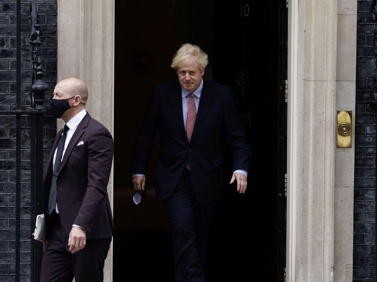 Foto: Boris Johnson sale de Downing Street acompañado de su jefe de Comunicación, Lee Cain, que acaba de dimitir. (EFE)