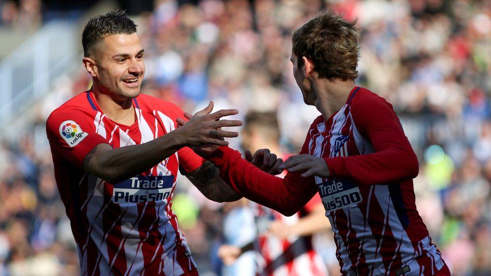 Foto: Vitolo celebra con Griezmann el gol del francés en Málaga. (EFE)