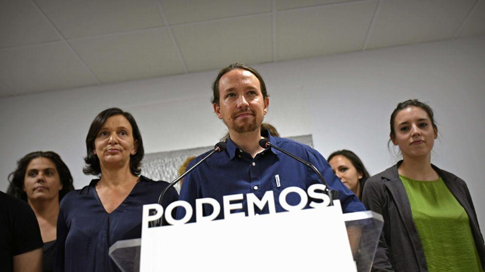 Foto: El secretario general de Podemos, Pablo Iglesias, rodeado del núcleo duro del partido durante la noche electoral del 27-S. (EFE)