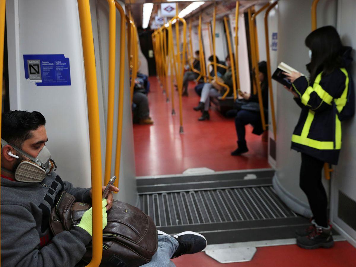 Foto: Gente con máscaras en el metro de Madrid. (Reuters)