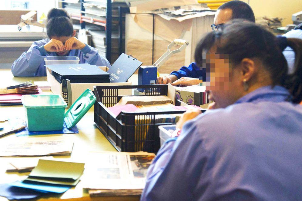 Foto: Trabajadores de un centro de empleo para personas con discapacidad intelectual y física. (EFE)