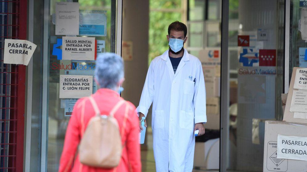 Foto: Un sanitario recibe a una paciente en Vallecas. (EFE)