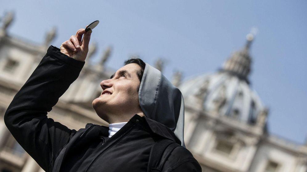 Foto: Una monja, en la plaza de San Pedro en el Vaticano (EFE)