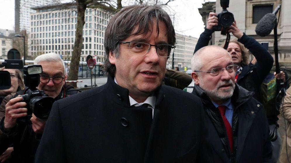 Foto: Carles Puigdemont (c) y Lluis Puig en Bruselas. (Reuters)