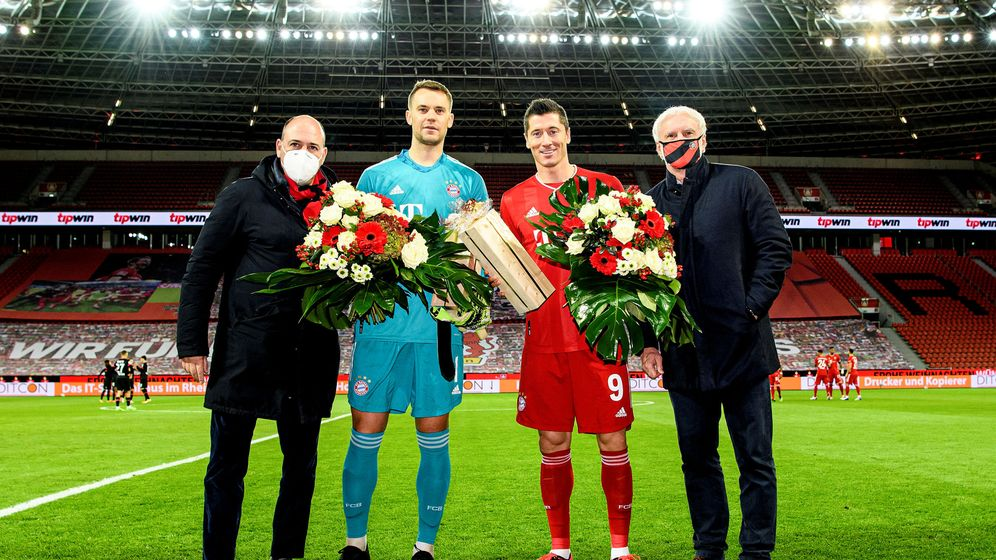Foto: Manuel Neuer y Robert Lewandowski reciben la felicitación del Bayern de Múnich a sus premios individuales. (Reuters)