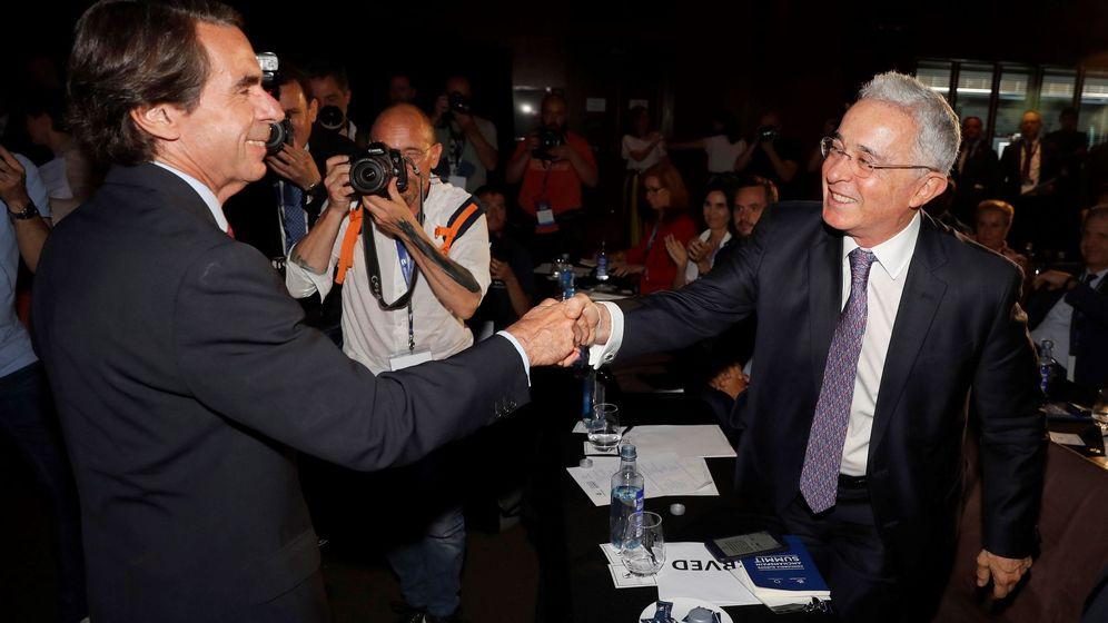 Foto: Aznar saluda a Uribe en el foro AmCham Spain Summit. (EFE)