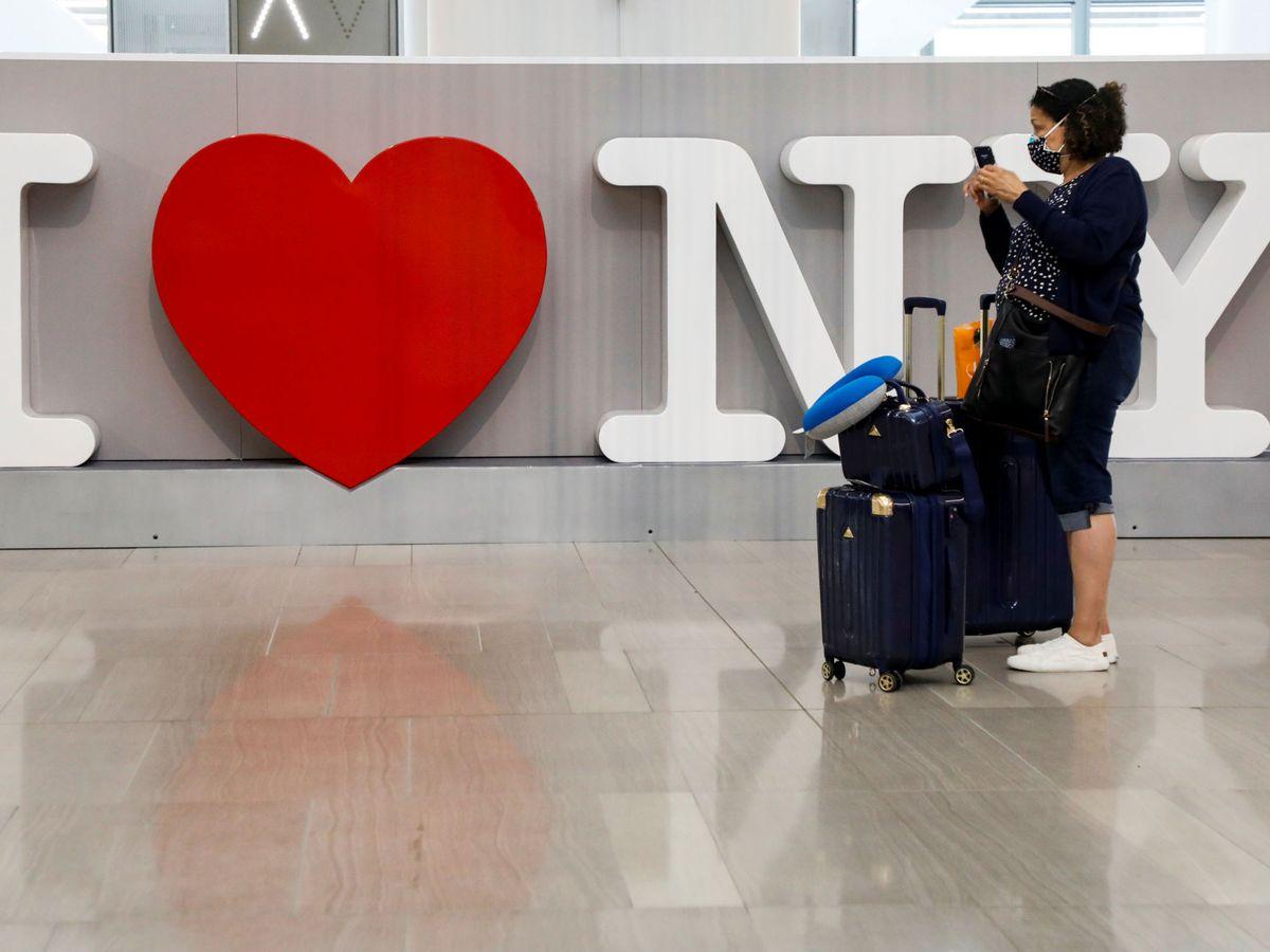 Foto: Una viajera, en el aeropuerto La Guardia, en Nueva York. (Reuters)