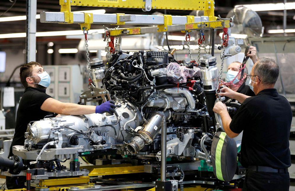 Foto: Técnicos trabajan en un motor de Rolls Royce en una línea de producción en Gran Bretaña. (Reuters)