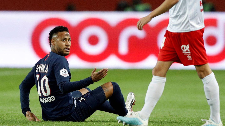 Neymar, sentado en el césped, en un partido con el PSG de esta temporada. (Efe)