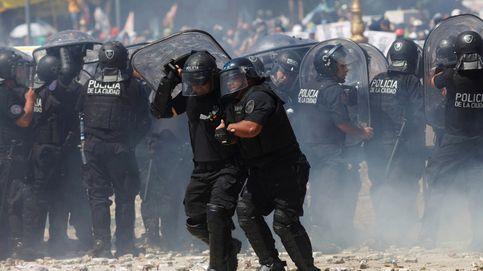 Cientos de manifestantes acorralan a un grupo de policías en Buenos Aires