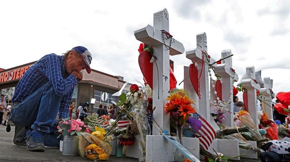 Foto: Antonio Basbo se arrodilla frente a la cruz de su esposa, Margie Reckard, quien falleció en el tiroteo masivo en un supermercado Walmart de El Paso, Texas (EEUU). (EFE)