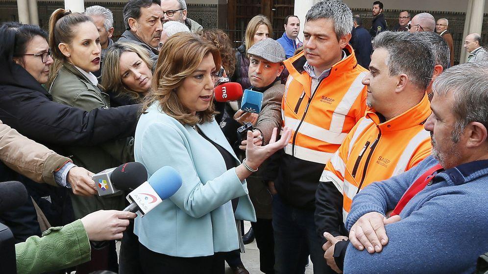 Foto:  La presidenta de la Junta de Andalucía, Susana Díaz, durante la conversación que tenido con los trabajadores de los estibadores de Algeciras. (EFE)