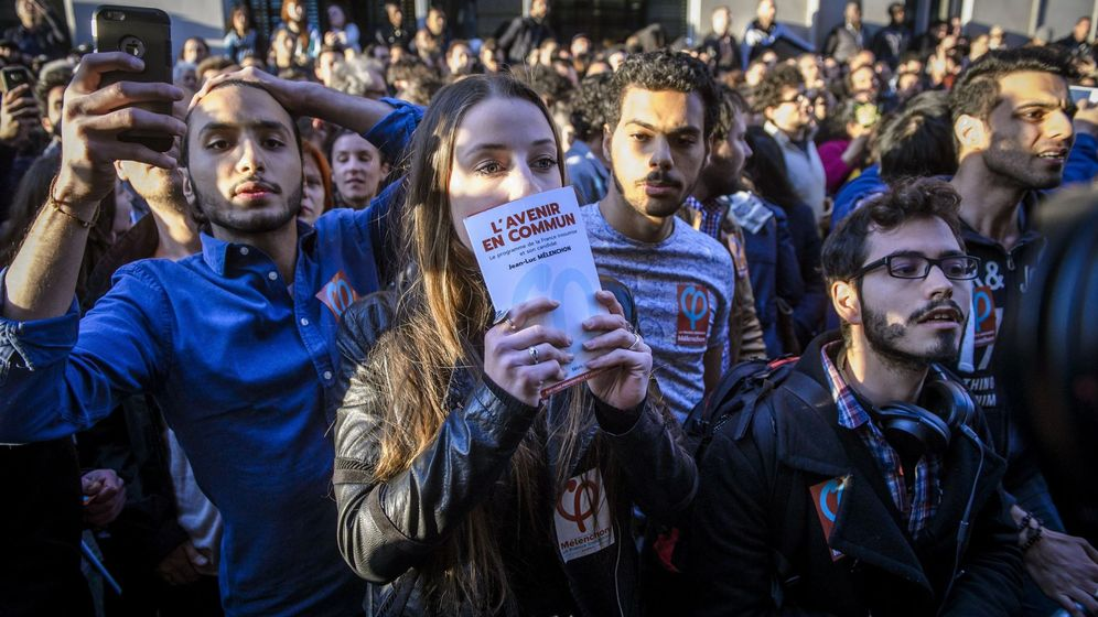 Foto: Simpatizantes de Francia Insumisa esperan para ver llegar a Jean-Luc Mélenchon, el 23 de abril de 2017. (EFE)