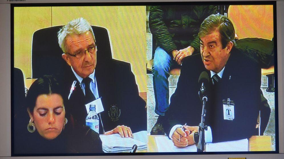 Foto: El exministro de Fomento, Francisco Álvarez-Cascos (d), desde el monitor de la sala de prensa durante su comparecencia en la Audiencia Nacional. (EFE)