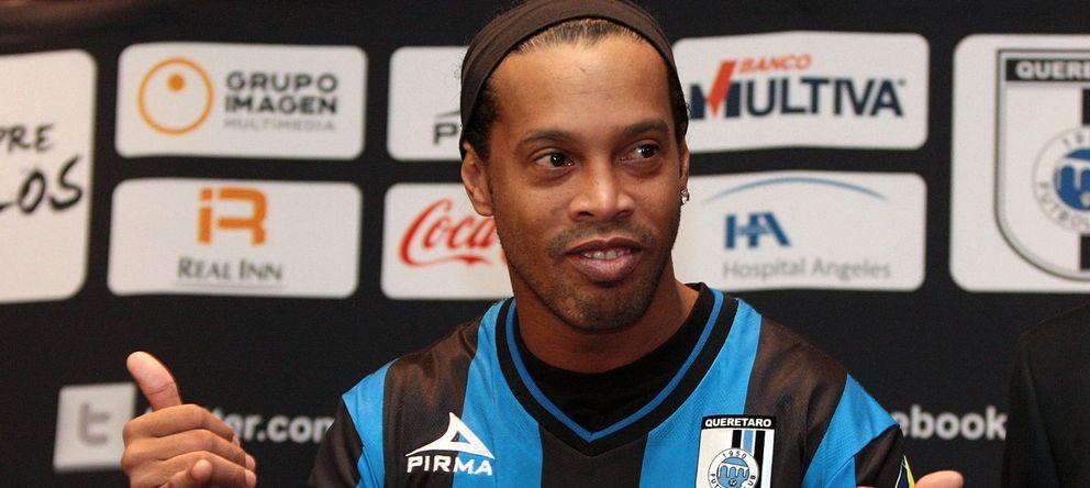 Foto: Ronaldinho posa con su nueva camiseta (EFE).