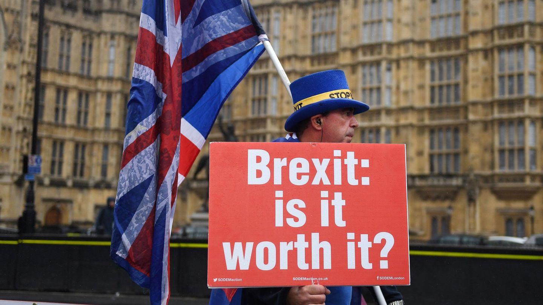 'Brexit: ¿merece la pena?', se lee en la pancarta con la que este británico protesta ante el Parlamento. (EFE)