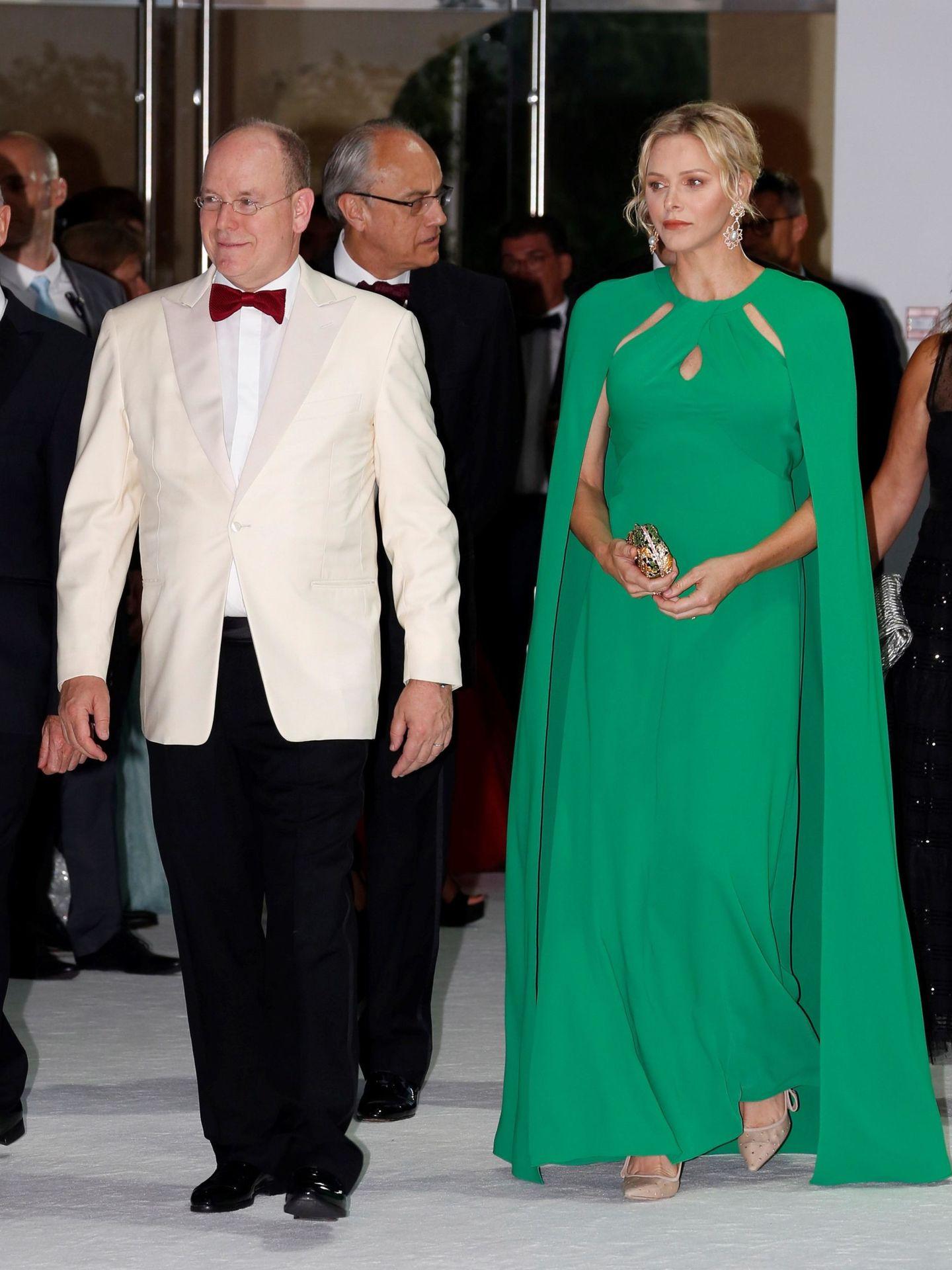 Albert II de Mónaco y Charlene de Mónaco en la gala de la Cruz Roja 2019. (EFE)