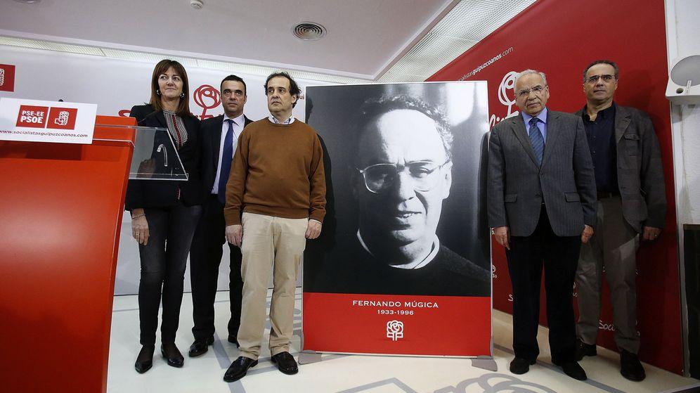 Foto: Alfonso Guerra, con la secretaria general del PSE, Idoia Mendia, y los hijos de Fernando Buesa en el homenaje al dirigente Fernando Múgica, este 6 de febrero. (EFE)