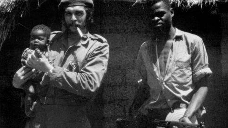 El Che Guevara junto a un combatiente congoleño