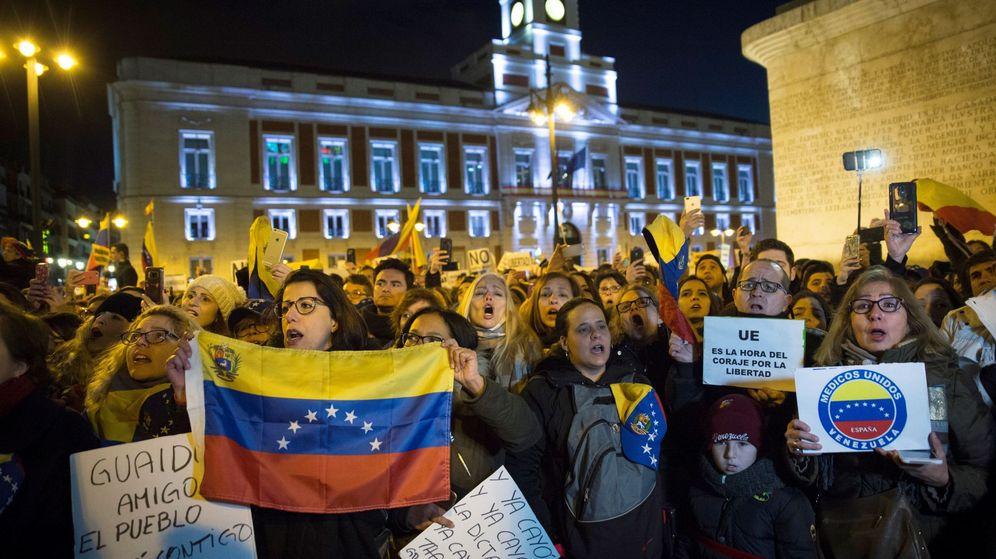 Foto: Cientos de personas han acudido en la tarde de este sábado a la Puerta del Sol para mostrar su apoyo a Juan Guaidó. (EFE)