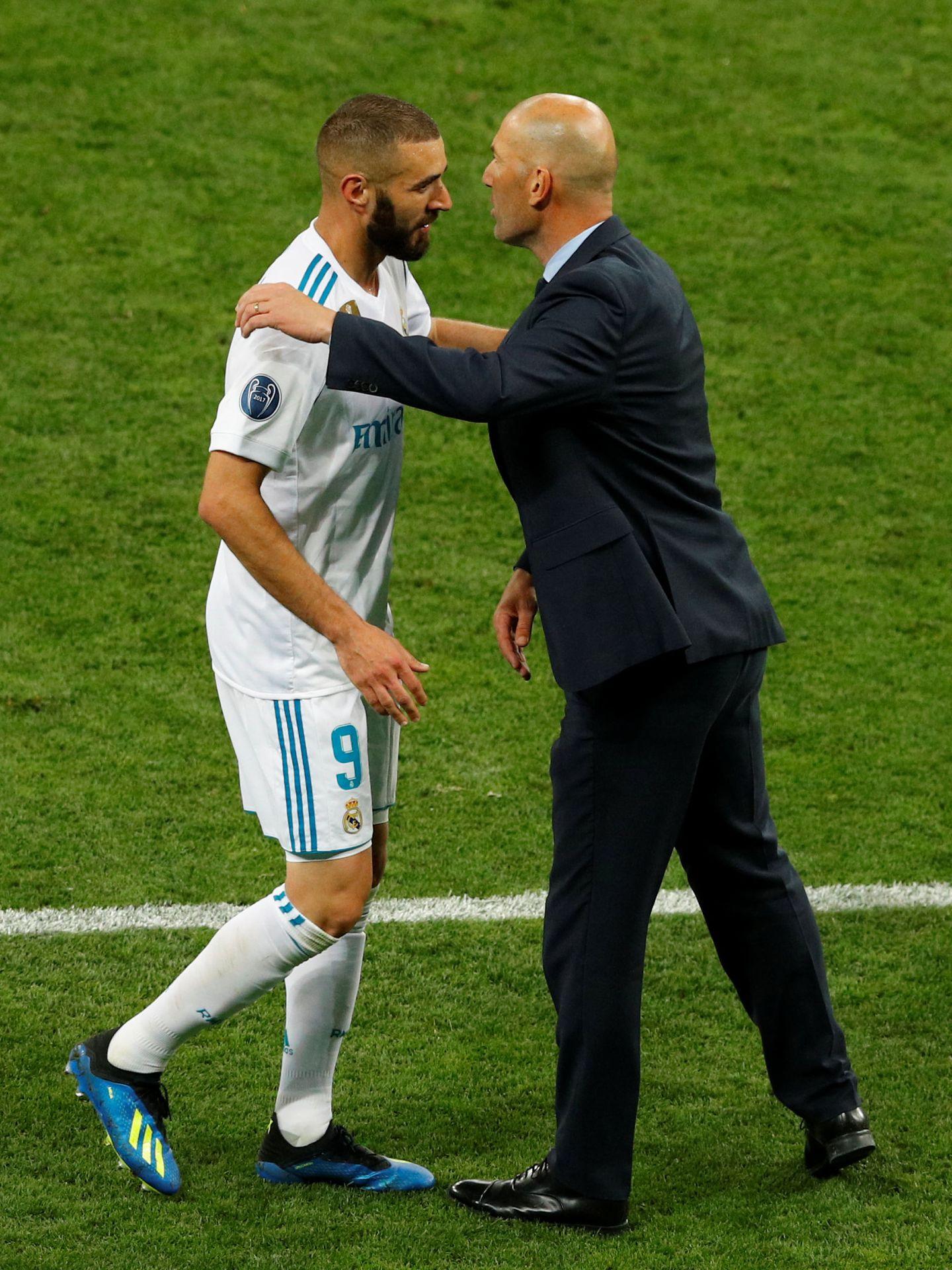 Zidane felicita a Benzema tras sustituirle en la final de Kiev. (Reuters)