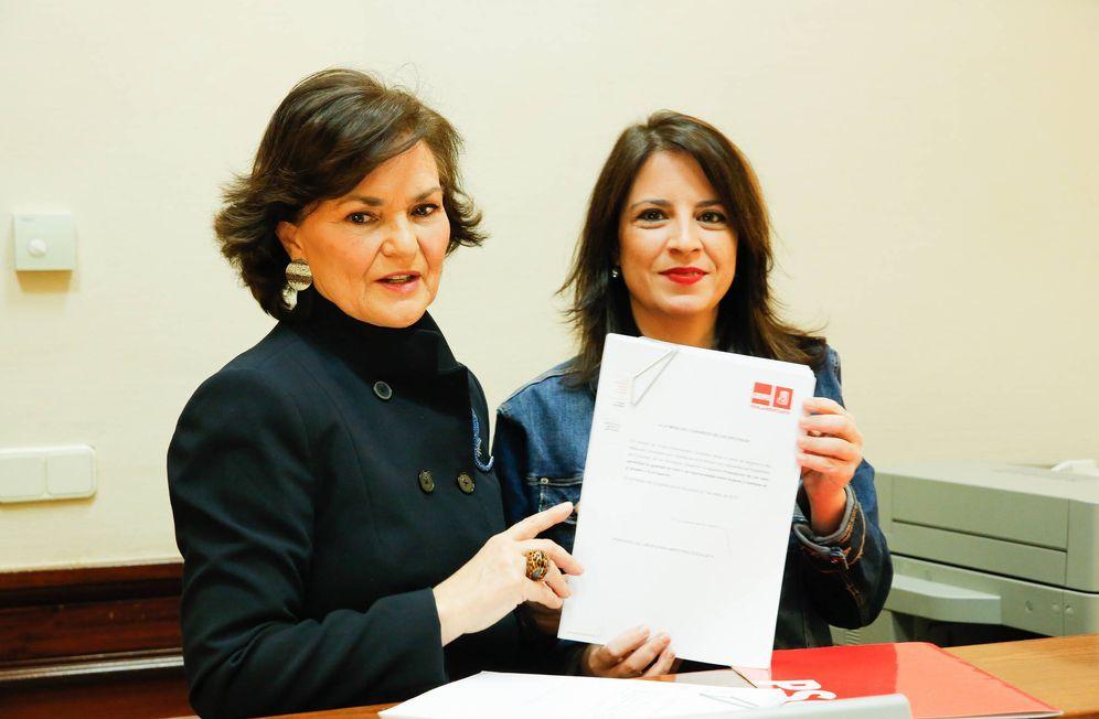 Foto: Adriana Lastra (d) y Carmen Calvo, vicesecretaria general y secretaria de Igualdad del PSOE, este 7 de marzo en el Congreso. (Inma Mesa | PSOE)