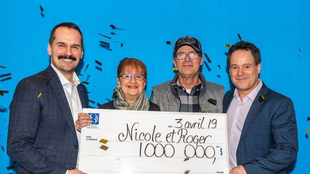 Foto: Los ganadores posan con su cheque gigante tras ganarlo en el último minuto (Foto: Quebec-Loto)