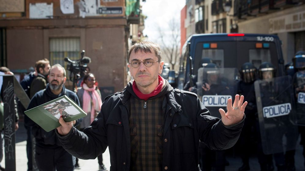 Foto: Juan Carlos Monedero pide calma en Lavapiés. (EFE)