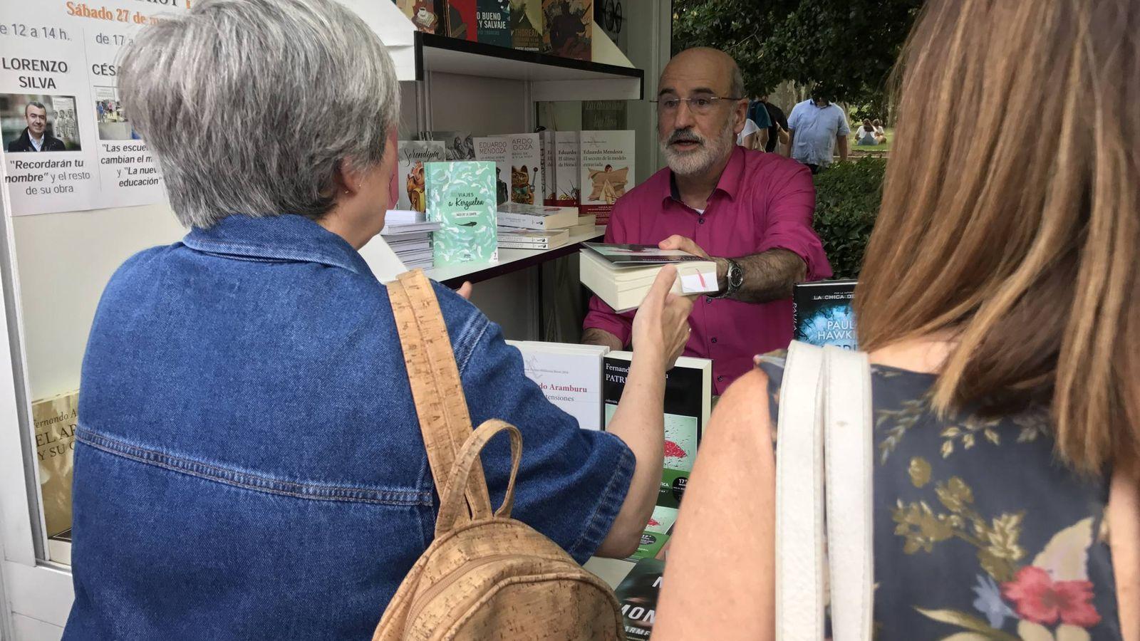 Foto: Fernando Aramburu firmando 'Patria' en la Feria del Libro de Madrid (P.C.)