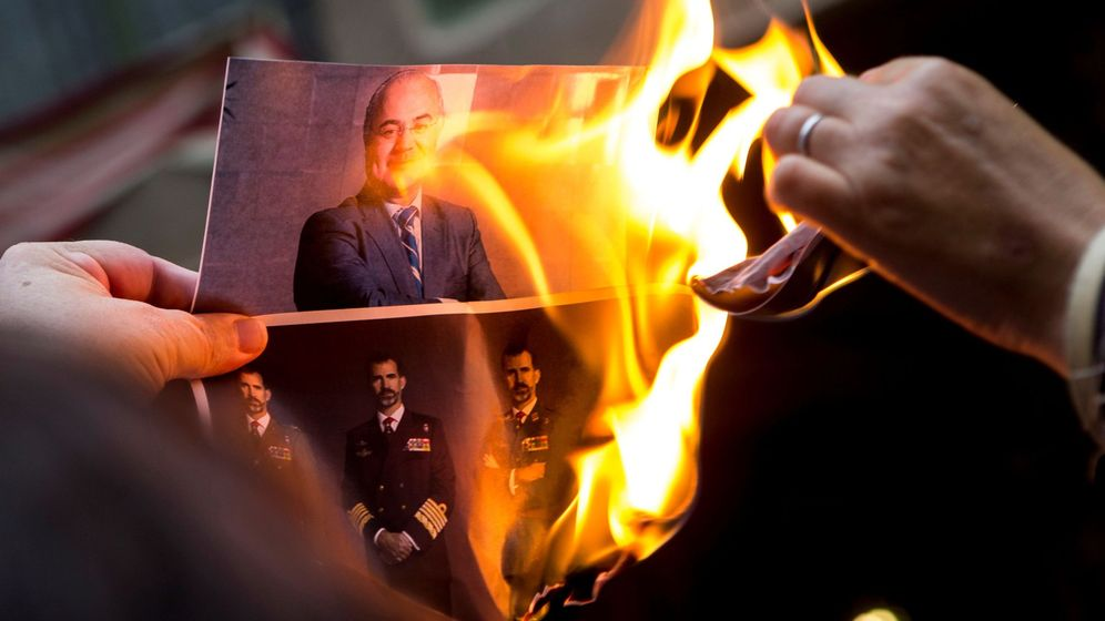 Foto: Los CDR queman retratos de Felipe VI y del juez Llarena. (EFE)