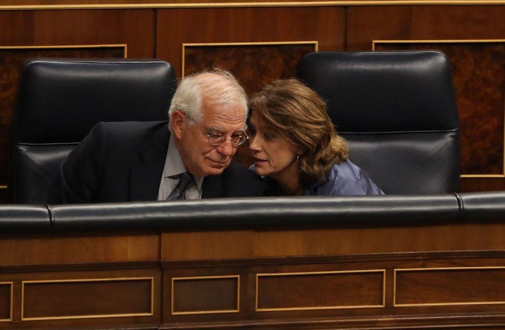 Foto: La ministra de Justicia, Dolores Delgado, charla con el titular de Exteriores, Josep Borrell, el pasado 19 de septiembre en el Congreso. (EFE)