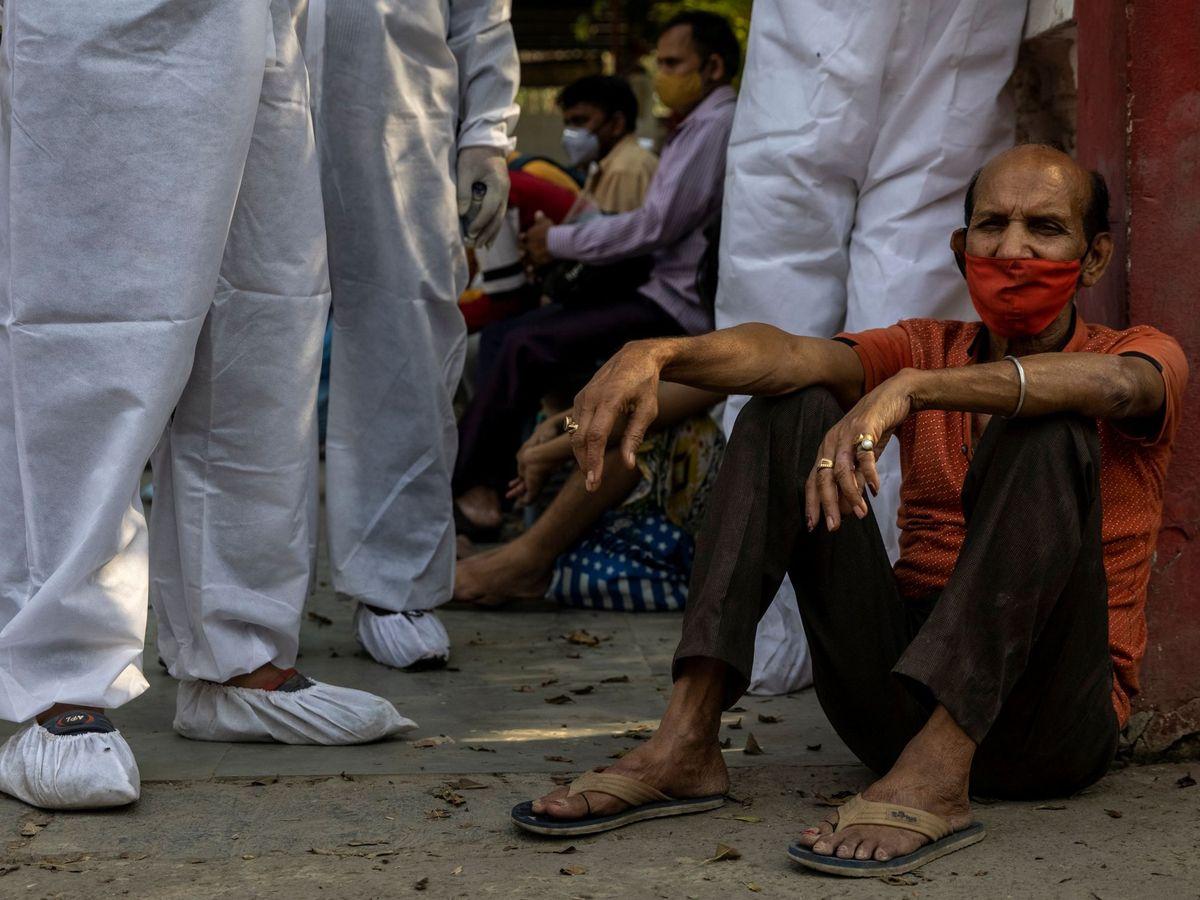 Foto: Un hombre espera a la cremación de un familiar fallecido por el coronavirus, en Nueva Delhi (India). (Reuters)