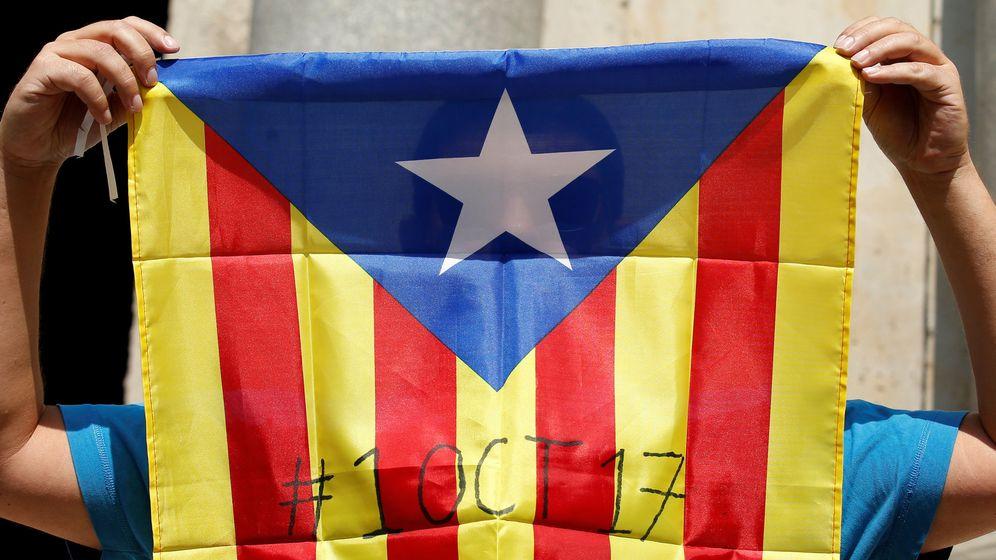Foto: Una bandera independentista con la fecha prevista para el referéndum. (Reuters)