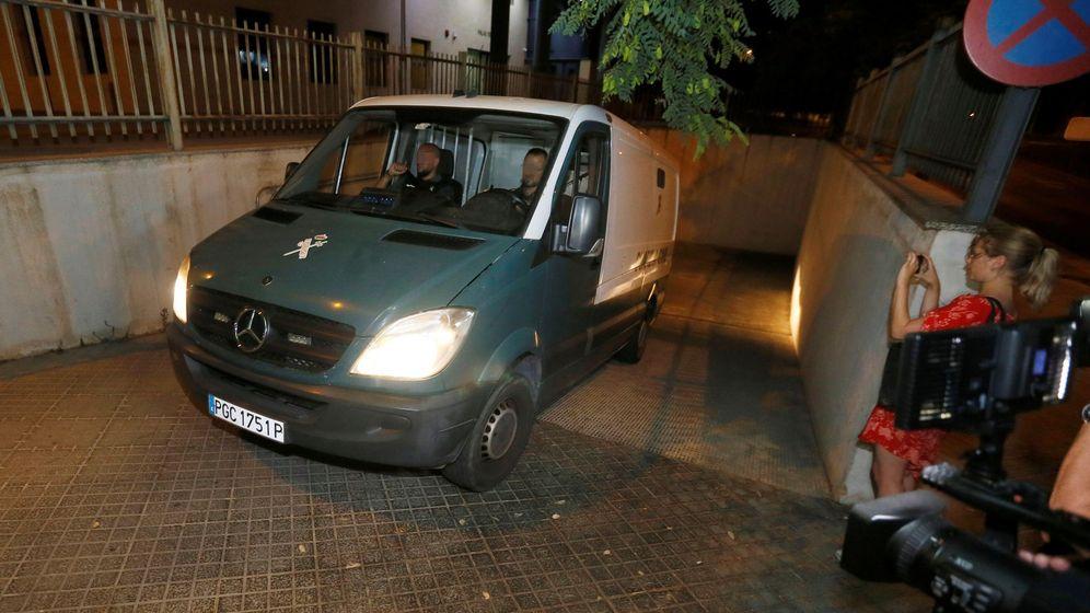 Foto: El furgón de la Guardia Civil con tres de los acusados de una presunta violación en grupo en un apartamento de Benidorm, en Alicante, a su salida del Palacio de Justicia benidormí. (EFE)