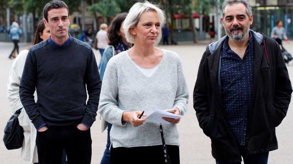 Foto: La candidata de Más País al Congreso por A Coruña, Carolina Bescansa (c), junto al cabeza de lista de Més Barcelona, Juanan Geraldes (i), y el número tres, Raimundo Viejo (d). (EFE)