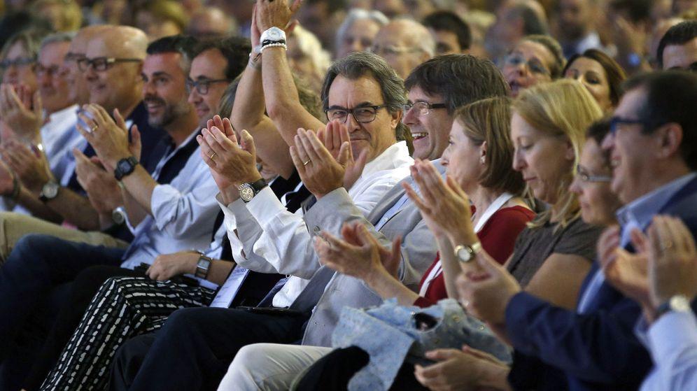 Foto: El presidente de la Generalitat, Carles Puigdemont (5d), junto a Artur Mas (6d) al término del Congreso Fundacional de la nueva Convergencia. (EFE)