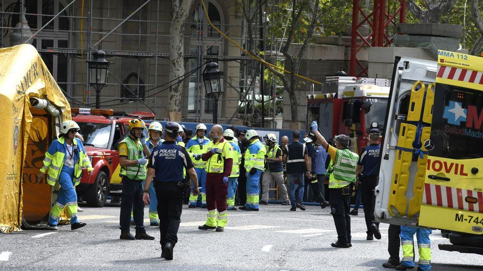 Foto: Integrantes de los servicios de Emergencias en las inmediaciones del madrileño hotel Ritz. (EFE)