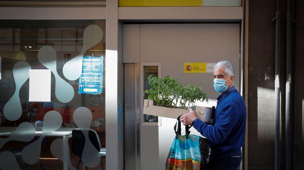Foto: Un hombre pasa ante una oficina de Empleo en Pamplona. (EFE)