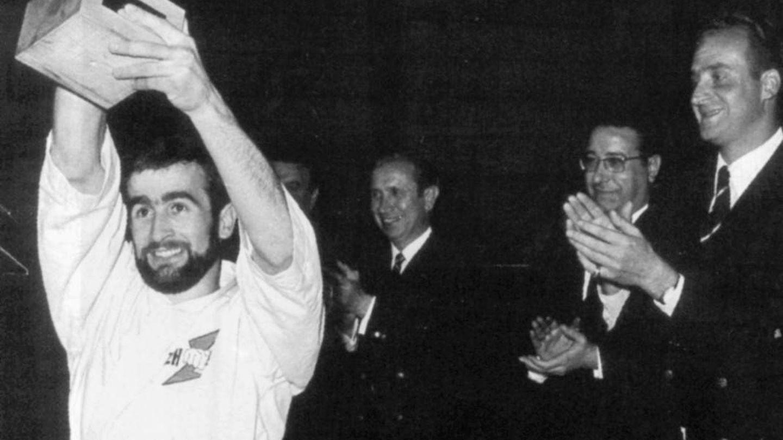Oliva levanta el título de campeón de España junto al príncipe Juan Carlos (d), Palasí (c) y Samaranch (i).