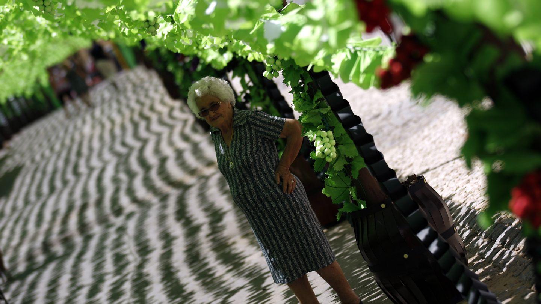 Una mujer recorre el pueblo de Campo Maior, en el centro de Portugal (Reuters).
