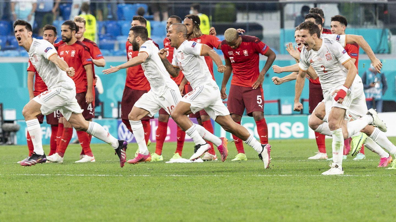 Los jugadores de España celebran el pase a semifinales. (EFE)