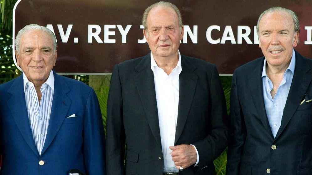 Foto: Juan Carlos I con dos de los hermanos Fanjul. (EFE)