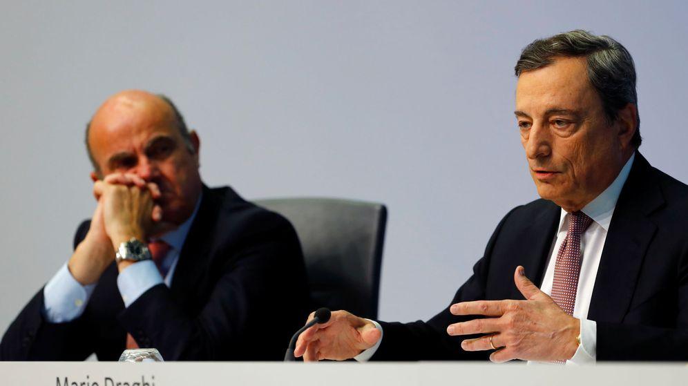Foto: El presidente del BCE, Mario Draghi, junto al vicepresidente, Luis de Guindos. (Reuters)