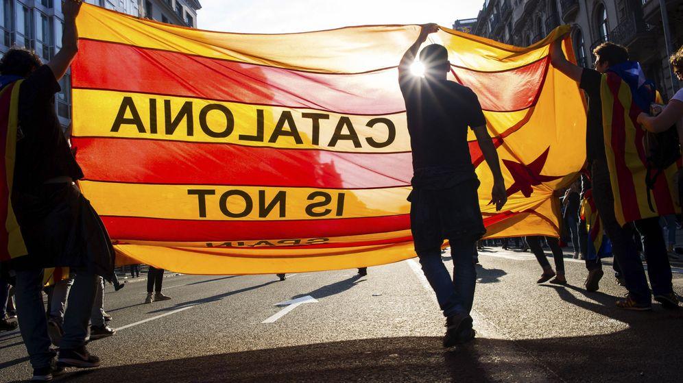 Foto: Manifestación en la plaza de la Universidad de Barcelona en protesta por las cargas policiales del 1-O. (EFE)