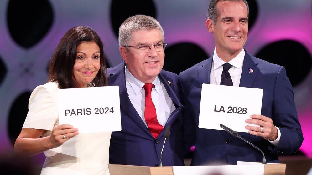 Foto: Thomas Bach (c), acompañado de la alcaldesa de París, Anne Hidalgo, y el alcalde de Los Ángeles, Eric Garcetti. (EFE)